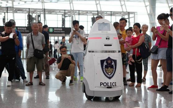 国内首台安保机器人在深圳机场上岗